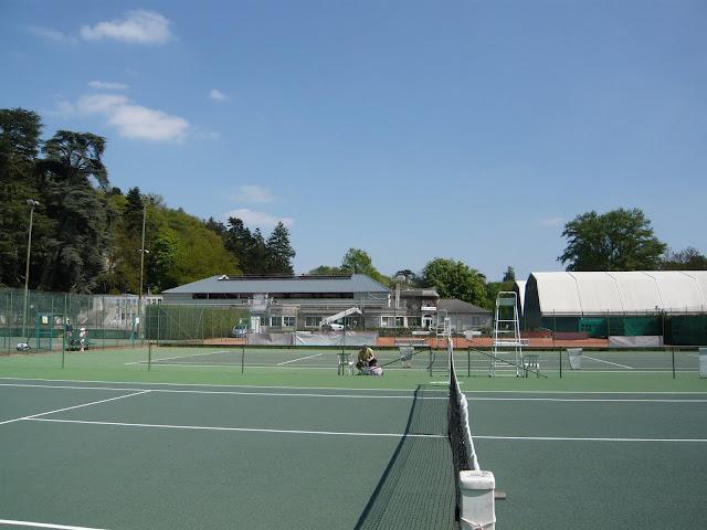 Terrains de tennis extérieurs : 2 terres battues et 2 terrains durs